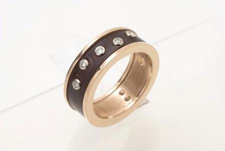 Золотое кольцо в коже