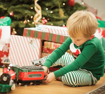 Мальчик получил подарок на Новый год