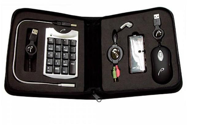 Комплект из мышки, клавиатуры, наушников, и переходника, упакованный в удобный чехол