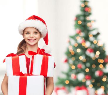 девочка дарит подарки маме