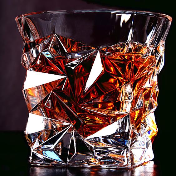 Красивый бокал для виски