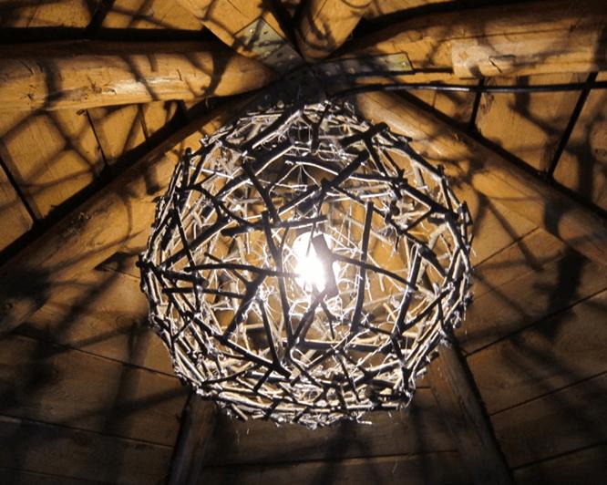 красивый светильник, сделанный из дерева.