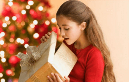 Девочка получает подарок