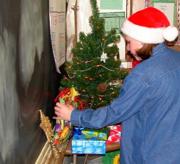 девочка готовит подарок учителю на Новый год