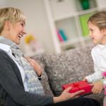 Что внук или внучка могут подарить бабушке на 8 марта. Идеи поделок с детьми на праздник.